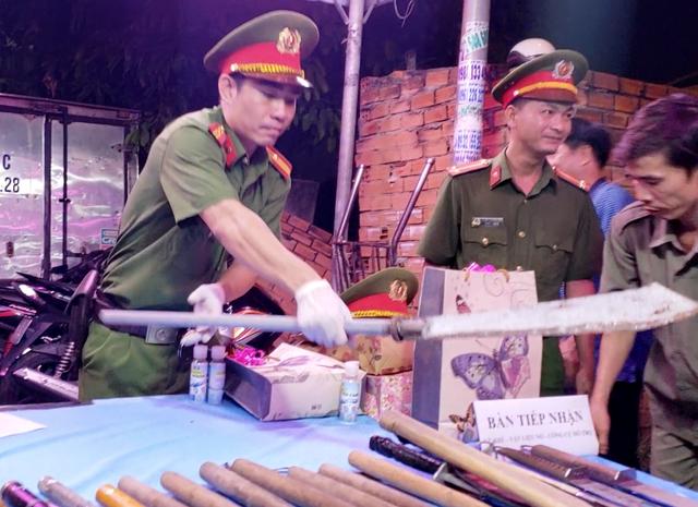 Người dân chợ đầu mối lớn nhất TPHCM đổi súng, lựu đạn lấy gạo - 2