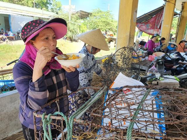 """Ở Quảng Nam có nghề đặc biệt: Phụ nữ """"bồng heo"""" - 7"""