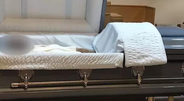 Con trai phát hiện người lạ nằm trong quan tài của mẹ đã khuất - 1