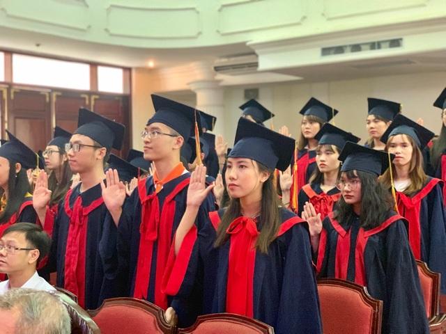 Khoa Y dược ĐH Quốc gia Hà Nội trao bằng cho 90 tân bác sĩ, dược sĩ - 1