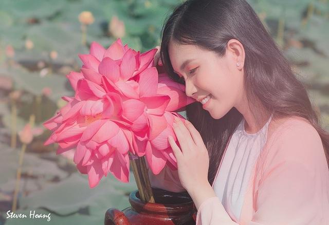 """""""Bản sao Ngọc Trinh"""" hóa thôn nữ khoe sắc với sen hồng - 3"""