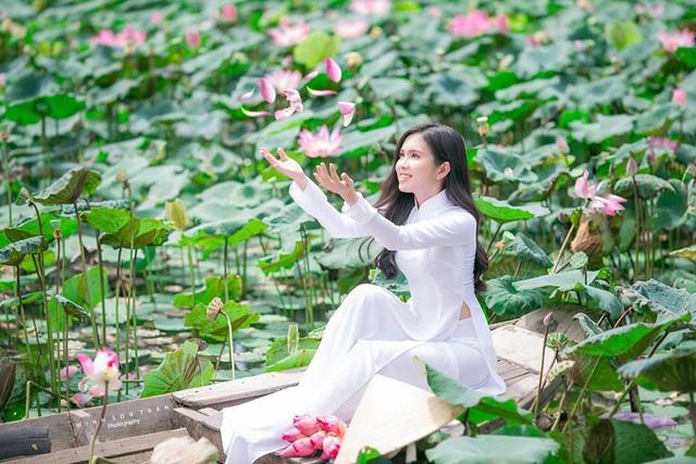 """""""Bản sao Ngọc Trinh"""" hóa thôn nữ khoe sắc với sen hồng - 6"""