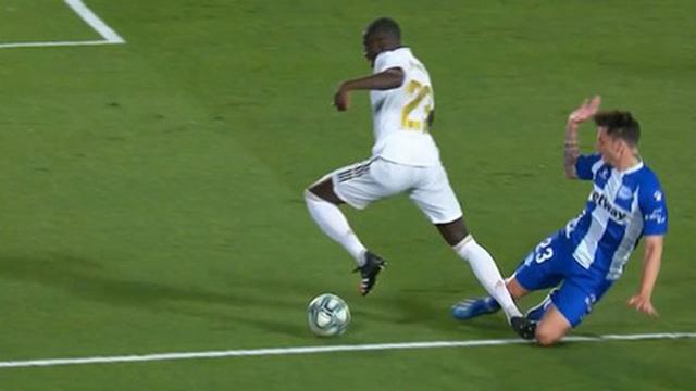 Tranh cãi nảy lửa về hai bàn thắng giúp Real Madrid chiến thắng