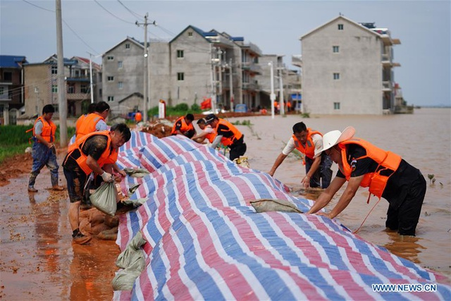"""""""Căng mình"""" chiến đấu với nước lũ tại hồ nước ngọt lớn nhất Trung Quốc - 1"""