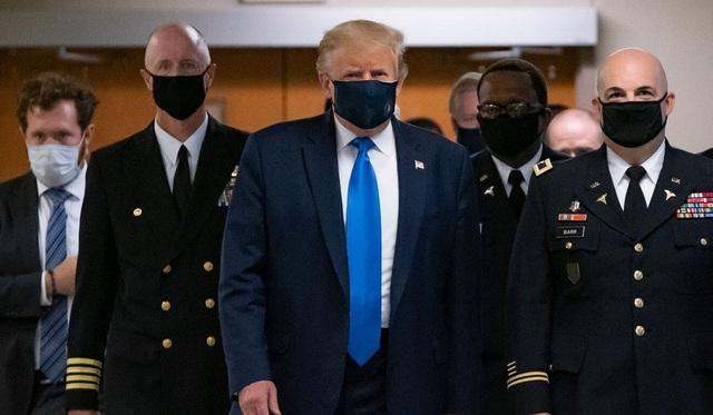Ông Trump lần đầu đeo khẩu trang nơi công cộng, số ca Covid-19 vẫn tăng vọt - 1
