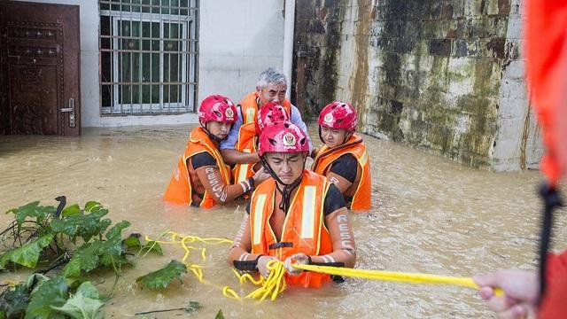"""Sông dài nhất Trung Quốc """"oằn mình"""" vì lũ lụt nghiêm trọng - 13"""