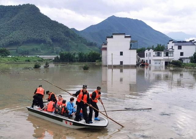 """Sông dài nhất Trung Quốc """"oằn mình"""" vì lũ lụt nghiêm trọng - 8"""