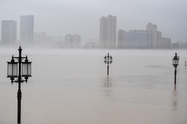 """Sông dài nhất Trung Quốc """"oằn mình"""" vì lũ lụt nghiêm trọng - 1"""