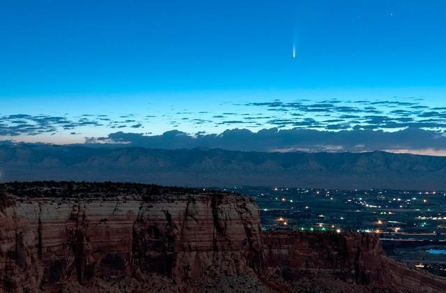 Cảnh tượng sao chổi bay ngang qua trái đất đầy ngoạn mục - 1