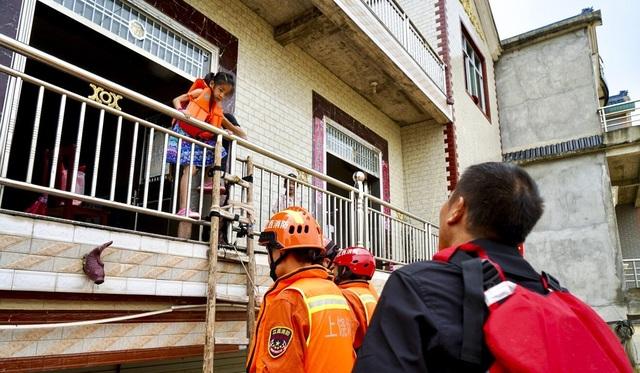 Nhân chứng vụ vỡ đê ở Trung Quốc: Nước ngập đến tầng 2 chỉ trong 30 phút - 2