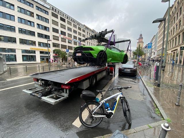 Siêu xe Lamborghini bị cẩu đi vì tranh chỗ đỗ của xe điện - 1