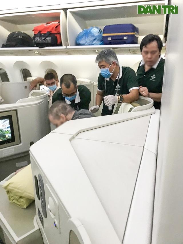 Hình ảnh phi công người Anh trên chuyến bay rời Việt Nam về nước - 4