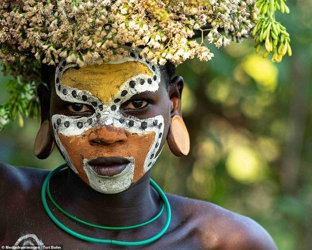 Vẻ đẹp độc đáo trong cách trang điểm, làm tóc của bộ lạc Châu Phi - 1