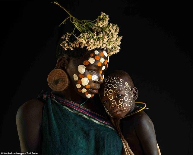 Vẻ đẹp độc đáo trong cách trang điểm, làm tóc của bộ lạc Châu Phi - 2