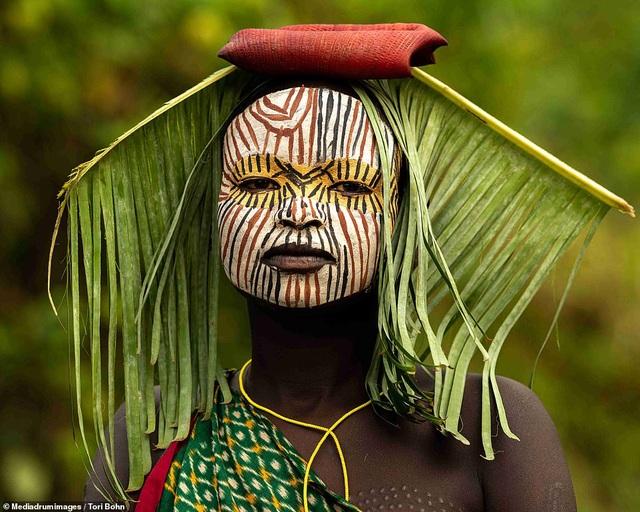 Vẻ đẹp độc đáo trong cách trang điểm, làm tóc của bộ lạc Châu Phi - 6