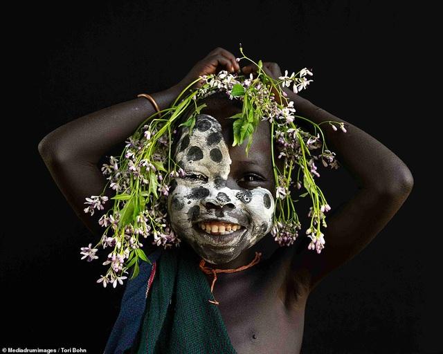 Vẻ đẹp độc đáo trong cách trang điểm, làm tóc của bộ lạc Châu Phi - 7