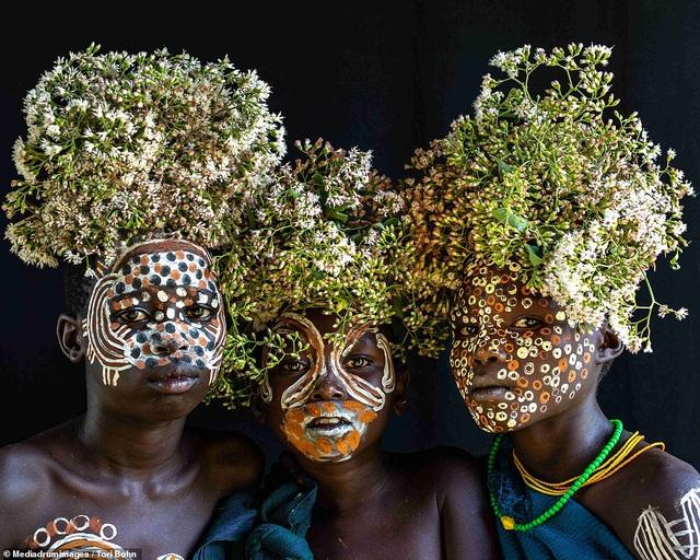 Vẻ đẹp độc đáo trong cách trang điểm, làm tóc của bộ lạc Châu Phi - 8