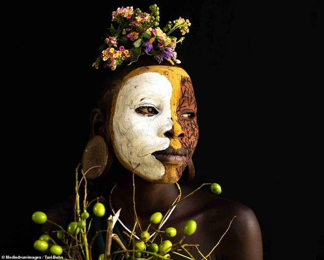 Vẻ đẹp độc đáo trong cách trang điểm, làm tóc của bộ lạc Châu Phi - 11