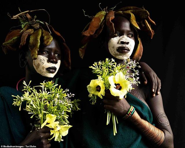 Vẻ đẹp độc đáo trong cách trang điểm, làm tóc của bộ lạc Châu Phi - 12
