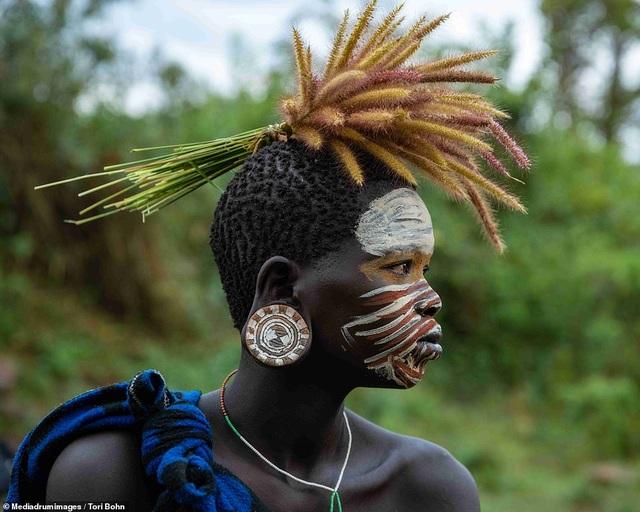 Vẻ đẹp độc đáo trong cách trang điểm, làm tóc của bộ lạc Châu Phi - 14