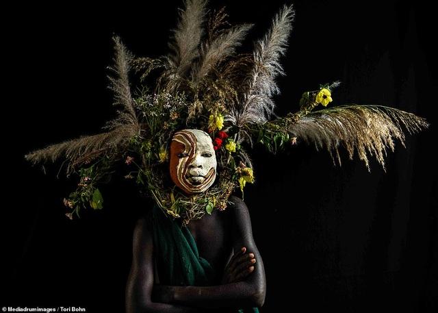 Vẻ đẹp độc đáo trong cách trang điểm, làm tóc của bộ lạc Châu Phi - 15
