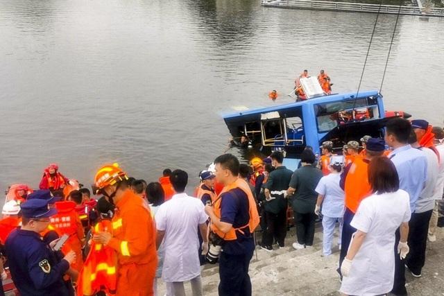 Tài xế Trung Quốc cố ý lao xe xuống hồ làm 21 người chết để trả thù xã hội - 1