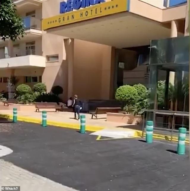 Du khách ngủ tạm ngoài đường dù đã đặt phòng khách sạn - 2