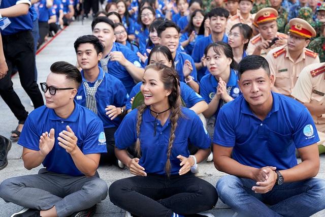 HHen Niê từng khóc khi chia tay sinh viên tình nguyện - 9