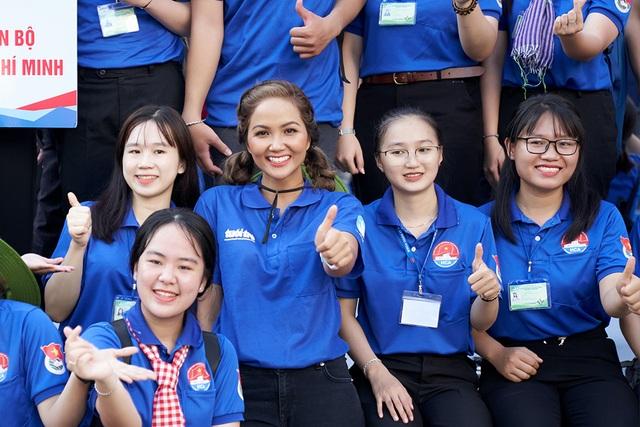 HHen Niê từng khóc khi chia tay sinh viên tình nguyện - 5