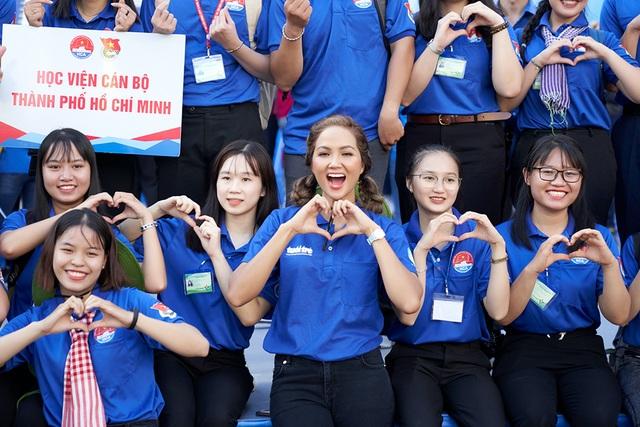 HHen Niê từng khóc khi chia tay sinh viên tình nguyện - 4