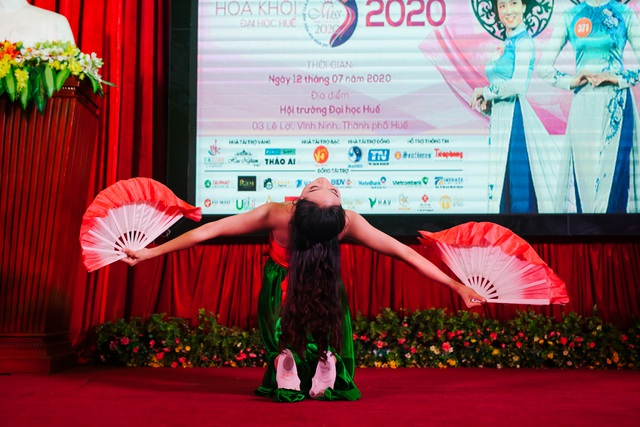 Nữ sinh xinh đẹp trổ tài ở vòng Bán kết Hoa khôi Đại học Huế 2020 - 9