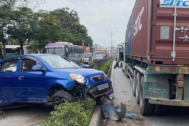 Tạt đầu xe container, Kia Morning bị hất văng sang làn đường ngược chiều - 1