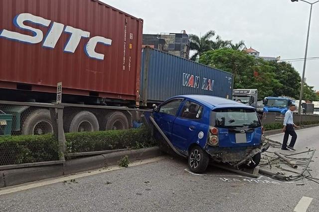 Tạt đầu xe container, Kia Morning bị hất văng sang làn đường ngược chiều - 2