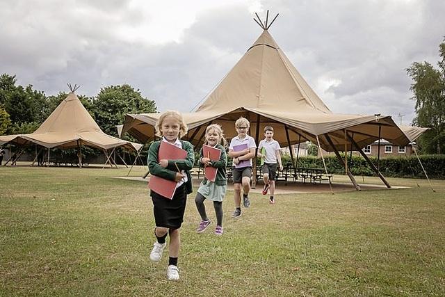 Sau phong tỏa, trường học Anh dạy học trong lều để đảm bảo an toàn - 1