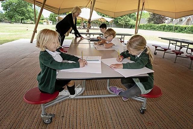 Sau phong tỏa, trường học Anh dạy học trong lều để đảm bảo an toàn - 2