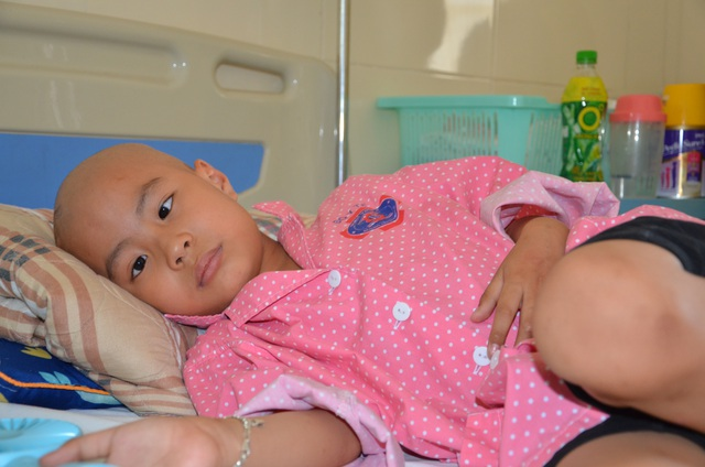 Bạn đọc Dân trí giúp đỡ cậu bé ung thư có đôi mắt khát thèm sự sống - 3