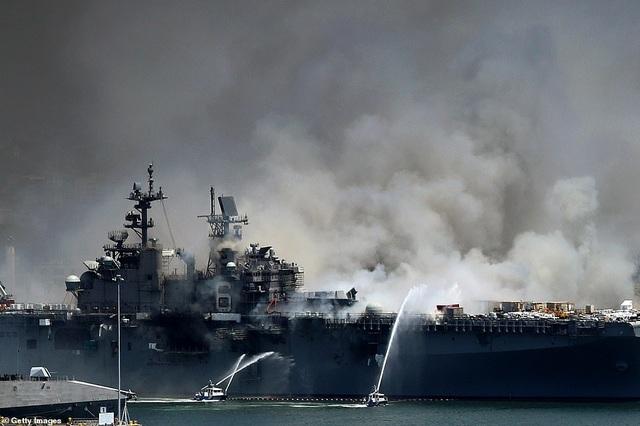 Tàu chiến Mỹ bốc cháy dữ dội, 18 thủy thủ bị thương - 1
