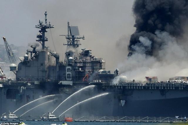 Tàu chiến Mỹ bốc cháy dữ dội, 18 thủy thủ bị thương - 2