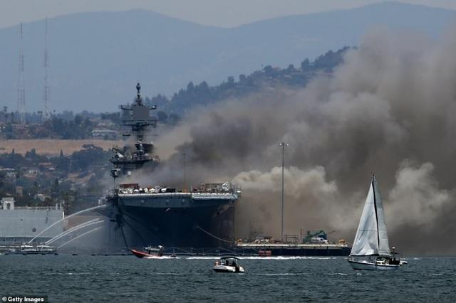 Tàu chiến Mỹ bốc cháy dữ dội, 18 thủy thủ bị thương - 3