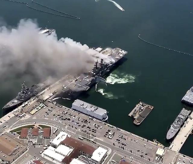Tàu chiến Mỹ bốc cháy dữ dội, 18 thủy thủ bị thương - 4