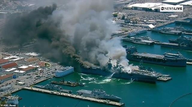Tàu chiến Mỹ bốc cháy dữ dội, 18 thủy thủ bị thương - 8