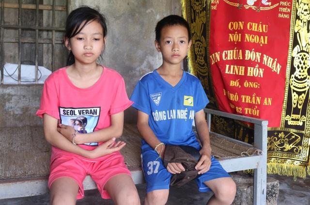 Rớt nước mắt cảnh hai đứa trẻ bơ vơ sau khi người mẹ kéo tôm thuê qua đời - 1