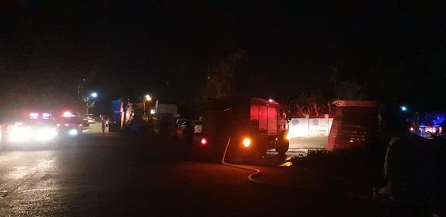 Cháy lớn tại xưởng gỗ nằm gần kho xăng - 3