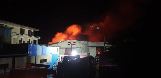 Cháy lớn tại xưởng gỗ nằm gần kho xăng - 2