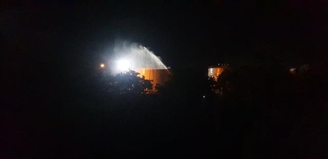 Cháy lớn tại xưởng gỗ nằm gần kho xăng - 4