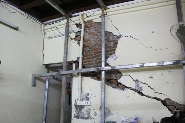 Nhà chống nạng sắt chờ sập giữa phố cổ Hà Nội - 8
