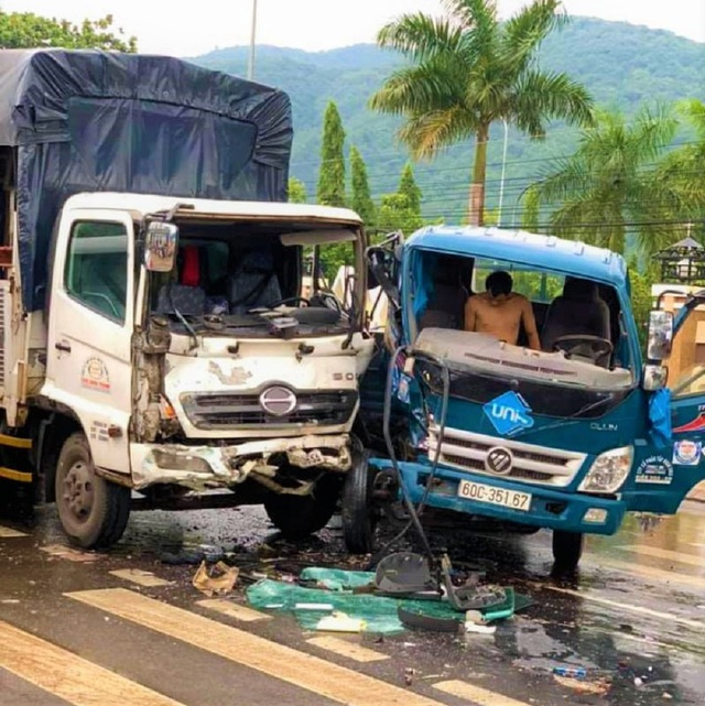 Ba ô tô tông nhau, 4 người nhập viện cấp cứu - 1