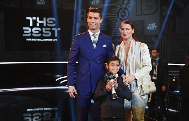 Con trai C.Ronaldo bị cảnh sát điều tra sau khi lộ ảnh lái mô-tô nước - 3