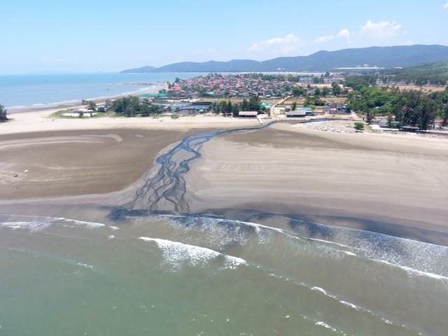 Hình ảnh kinh hoàng hồ nuôi tôm xả nước thải đen ngòm bức tử cả bãi biển - 18
