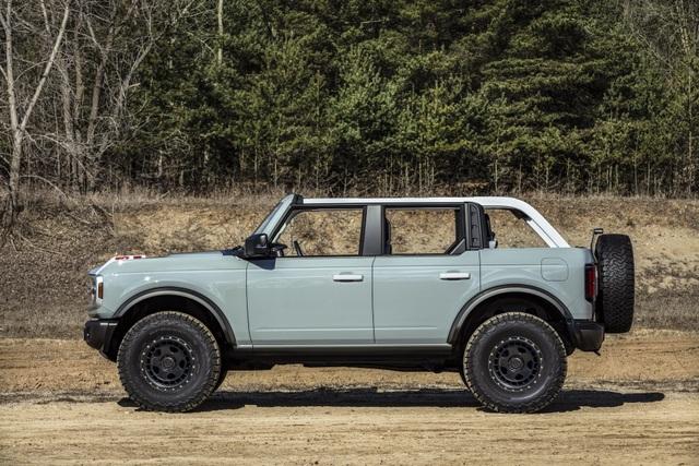Ford Bronco ra mắt, cạnh tranh sát ván Jeep Wrangler - 8